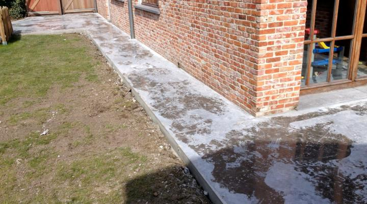 Vloerconcept - gepolierde betonvloer terras + tuinpad